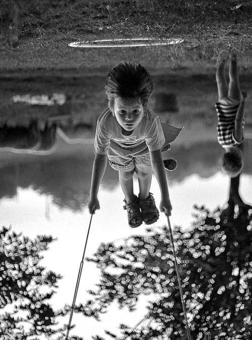 copil in leagan by Ellis Aveta